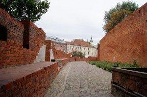 Les remparts et au fond la rue Podwale